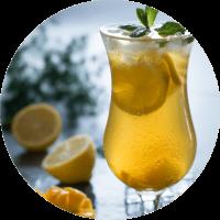 Herbata oolong Dolce Vita na zimno z dodatkiem mango, cytryny, lodu i mięty.