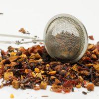 Zaparzacz szczypce wśród herbaty owocowej